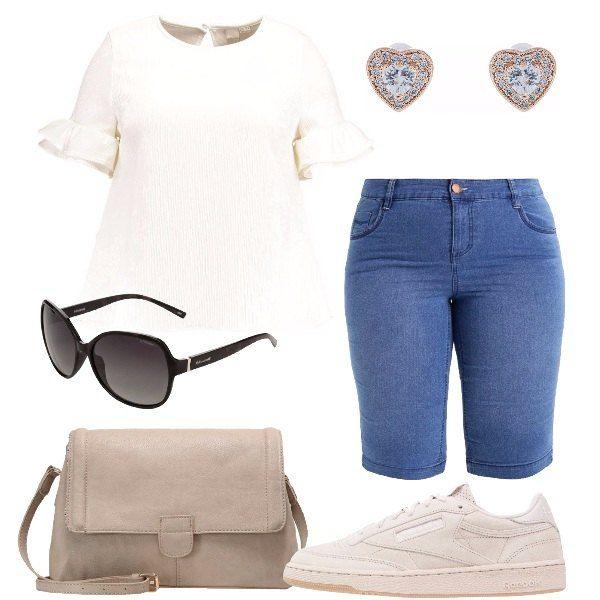 Camicetta bianca a manica corta con balze, bermuda di jeans, borsa a tracolla in ecopelle, sneakers in tessuto scamosciato sabbia, occhiali da sole modello a farfalla, orecchini placcati oro rosa a forma di cuore con brillantini e perle.