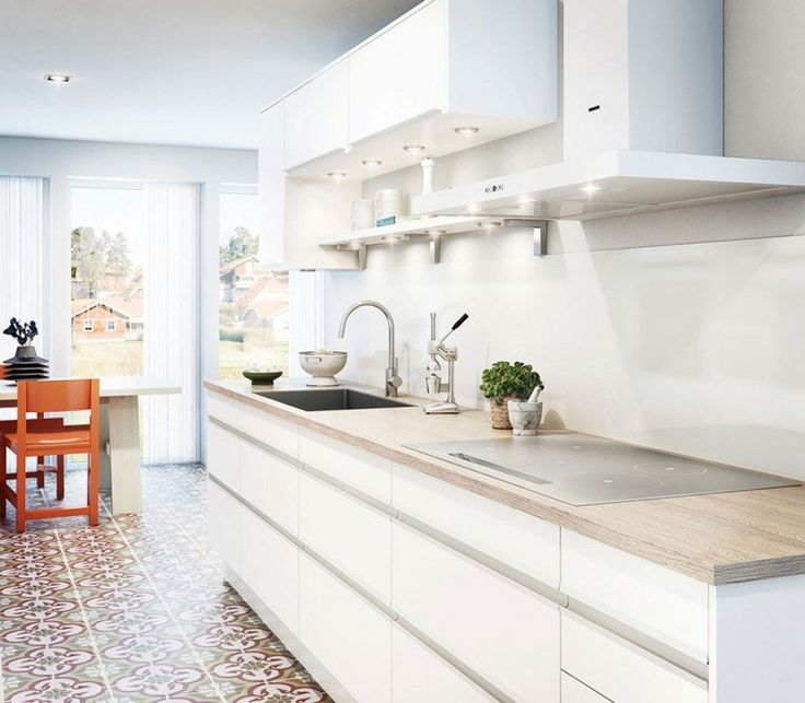 plan de travail cuisine -bois-clair-armoires-blanches-carrelage-retro