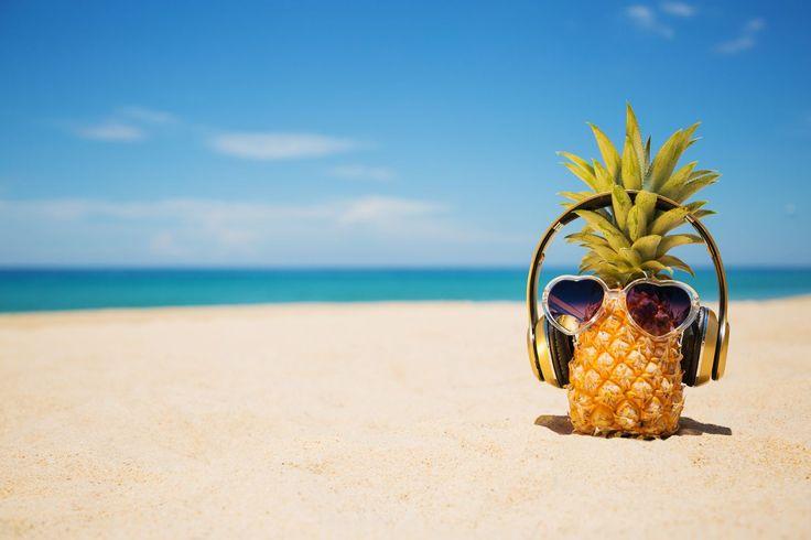 Enten det er sol eller regn kan den rette podkasten bare gjøre sommerferien bedre.