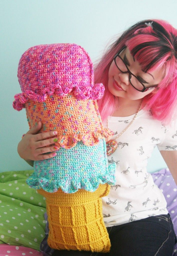 Rainbow Sherbet Throw Pillow FREE crochet pattern ||| Twinkie Chan Blog