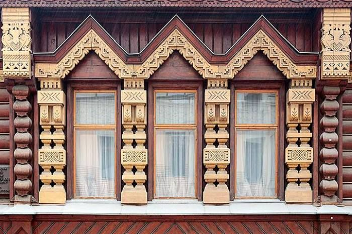 Особый стиль.Нижняя часть деревянного наличника должна была символизировать «твердь земную», а поэтому часто имела изображения вспаханного и засеянного поля (ромбы с точками внутри и двойные перекрещивающиеся полосы). Боковые части наличника называли «полотенцами».  Источник: http://www.kulturologia.ru/blogs/300915/26502/