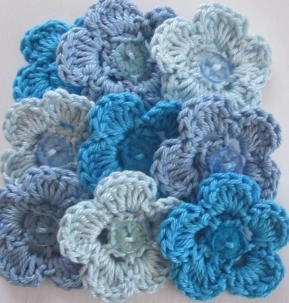 1 Sett med 9 hekla blomster i turkis og blått.
