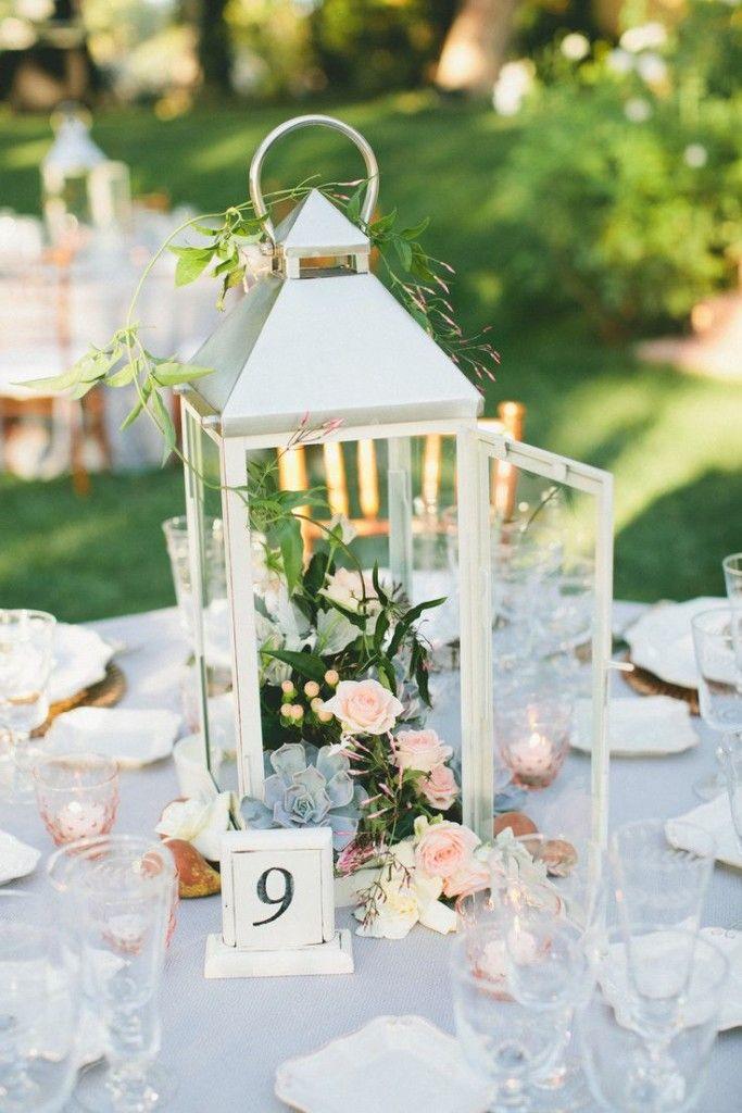 Pieza central de la boda de la linterna con las flores