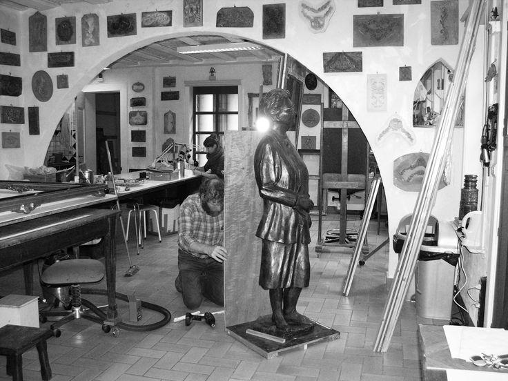 Art studio kerat. De specialiteit van zijn Atelier Kerat is restauratie schilderijen en beelden www.art-restaurateur.fr  Verschillende restauratietechnieken worden gebruikt, zoals: reinigingen en retouches, herstellen van de grondlagen, behandeling van houtworm en schimmels. Expertise en offerte worden gratis opgemaakt Frederik CnockaertKunstrestauratie Kerat Hoogweg 428940 WervikGSM 0495 51 33 87info@kerat.bewww.kerat.be contact frederik.cnockaert@gmail.com