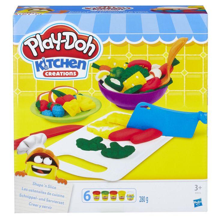 Snijd ingrediënten en maak de lekkerste verse maaltijden met deze keukenset van Play-Doh! Vorm groenten zoals broccoli, mais, bramen en tomaten en snijd ze in stukjes met behulp van het speelgoedmes. Dat wordt smullen geblazen! De set bevat een set vormen, een snijplank, een bord, kom en bestek, een pers, een rasp, een mes en een schaar. Inclusief 6 potjes gekleurde Play-Doh klei. Afmeting: 22 x 20 x 7 cm - Play-Doh Keukenset