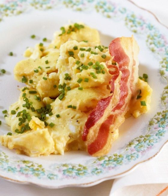 Rühreier aus dem Ofen: Der Speck wird im Ofen schön knusprig, das Rührei mit Sahne supersaftig.