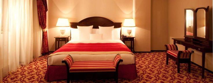 Dormitorul master încântă oaspeții cu designul de interior conceput pentru a oferi cel mai profund somn. Ieşiţi pe balcon şi admiraţi priveliştea superbă oferită de Pădurea Dumbrava.