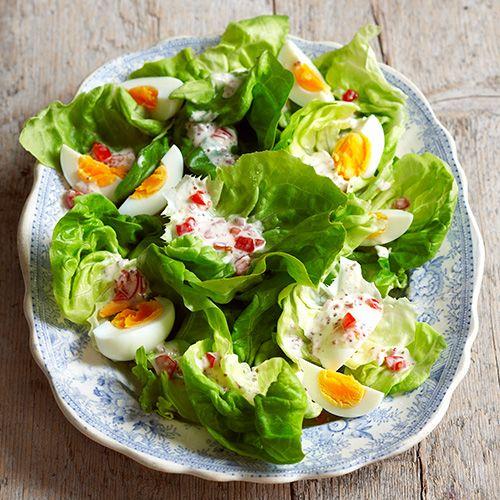Deze Hollandse salade met sjalot, tomaat en ei is het ideale bijgerecht! Voeg uitgebakken spekjes toe voor een lekkere crunch en een rode ui in dunne ringen voor een pittig tintje.    1 Verwijder de stronk van de krop enpluk de sla in...