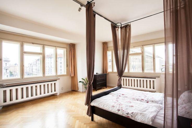 Canopy bed and a view of Prague - Byty k pronájmu v Praha, Praha, Česká republika