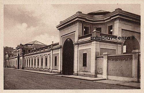 Il mercato coperto in via Btg. Monte Berico, demolito negli anni '50 per fare spazio ai grandi palazzoni residenziali.