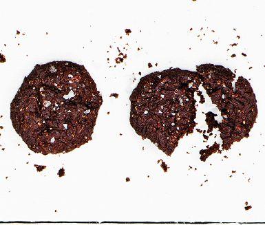 Sött, segt och väldigt mycket chokladsmak. Ingen kan ana att den bärande ingrediensen i de här oemotståndliga kakorna är svarta bönor. De torkade tranbären bidrar med bärig sötma och fräsch syra. Och så följer ett litet hett sting av kajennpeppar i eftersmaken.