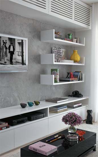 Una disposición como esta pero con una estantería flotante en vez del armario de arriba y quizás con el mueble bajo flotante- Con otra mesita y de fondo balnco.-
