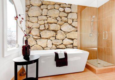 Eine authentische Natursteinmauer-Optik für das Fenster.