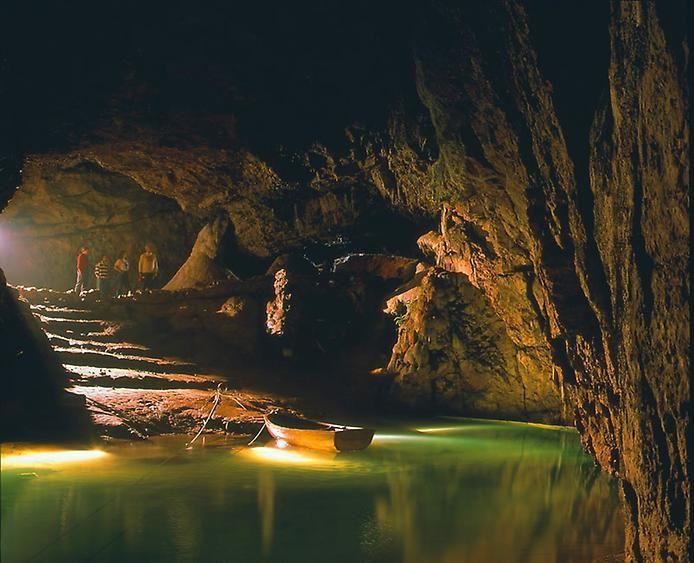 Невероятные подземные реки и озёра: Глубоко под землёй, куда солнечные лучи проникают крайне редко, раскинулся бескрайний мир подземных пещер, флуоресцентных насекомых, драгоценных камней и известняковых изваяний — земли, обитаемые одной лишь природой.