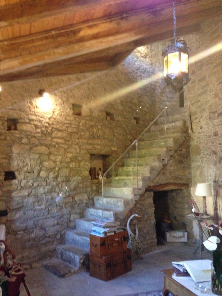 ristrutturare una vecchia abitazione e farne un b&b stupendo. Una scala fatta in pietra col passamano in plexiglas ..