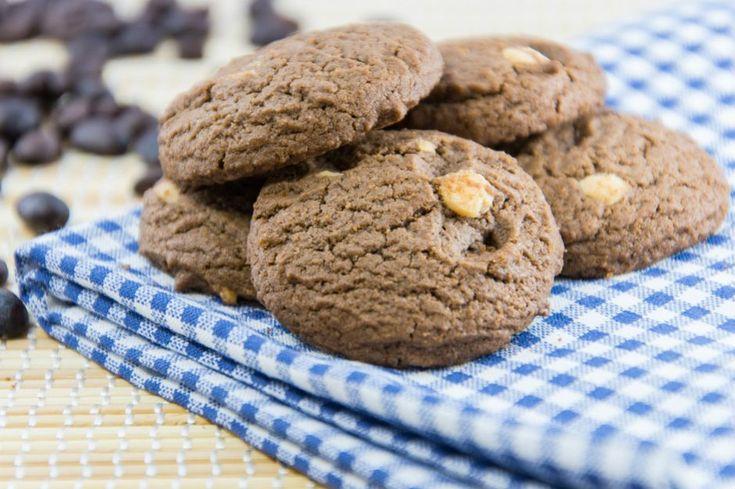 Kahveli kurabiye tarifi, Türk kahvesinin mükemmel aromasıyla, tereyağın kurabiyeye kattığı gevrekliği birleştirip, fındıklarla taçlandırıyor.
