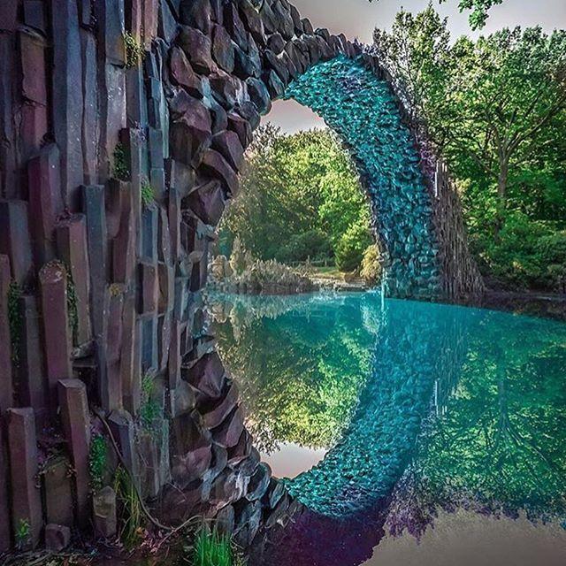 """""""Rakotzbrücke"""", ou """"A Ponte do Diabo"""", localizada no Parque Kromlau, no município de Gablenz, distrito de Görlitz, na Saxônia, Alemanha (a menos de 6km da fronteira com a Polônia). Foi construída no século XIX, de modo que, combinada com seu próprio reflexo, crie um círculo perfeito. Do ângulo desta foto de Josh Perrett tem-se a exata noção disso, sendo que muito mais perto."""