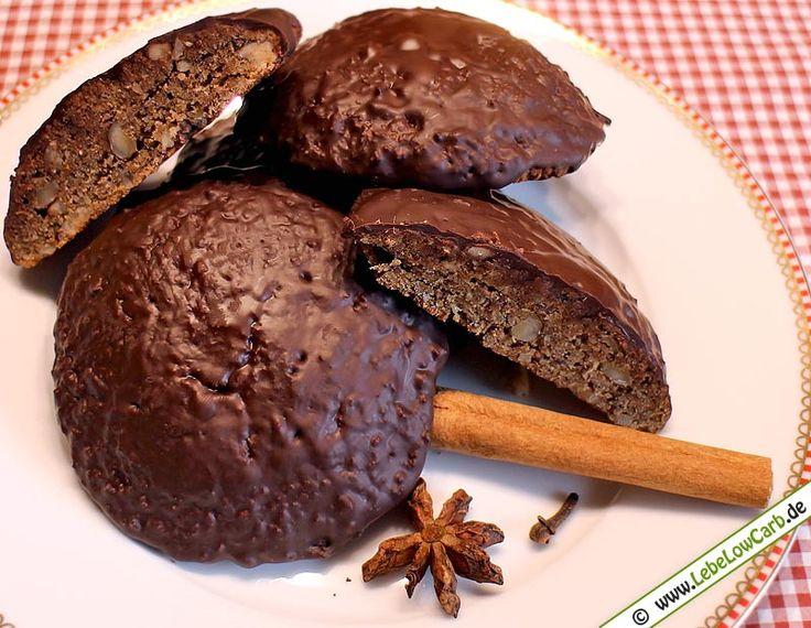 Weihnachtlich aromatisch würzige Low Carb Lebkuchen mit Bitterschokoladenglasur, die auf keinem Plätzchenteller an Weihnachten fehlen dürfen ... #lowcarb #lebkuchen Mehr Low Carb Plätzchen Rezepte auf http://www.lebelowcarb.de/low-carb-rezepte-fuer-kekse-plaetzchen.html