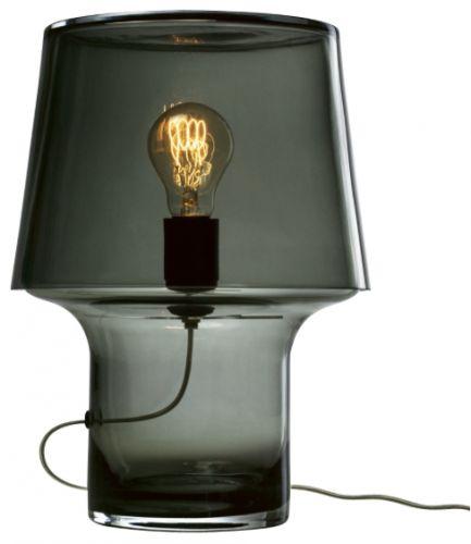 Harri Koskinenhar designet lampen Cosy in Grey i glass for å utnytte materialets naturlige skjønhet og varierende refleksjoner. Lampen er perfekt på mørke kvelder fordi den gir et mykt lys.1 stk. E27 maks 60W. munnblåst glass, Ø 24 x H 32 cm. Fra Muuto. Bestillingsvare, leverinsgtid ca 2 uker.
