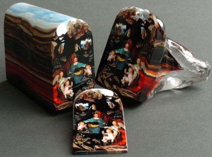 Elke kleur is zodanig in elke laag verwerkt dat het een afbeelding vormt wanneer je de taart in stukken snijdt. Een deel gaat voor 5,000 dollar over de toonbank