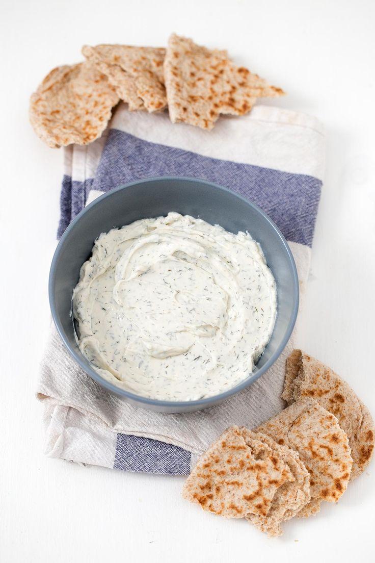 Hacer queso crema vegano es muy fácil y es una alternativas sana y barata a los quesos veganos envasados. Podéis añadir vuestros condimentos preferidos.