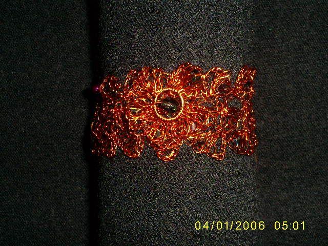 Brazalete tejido a crochet con cobre