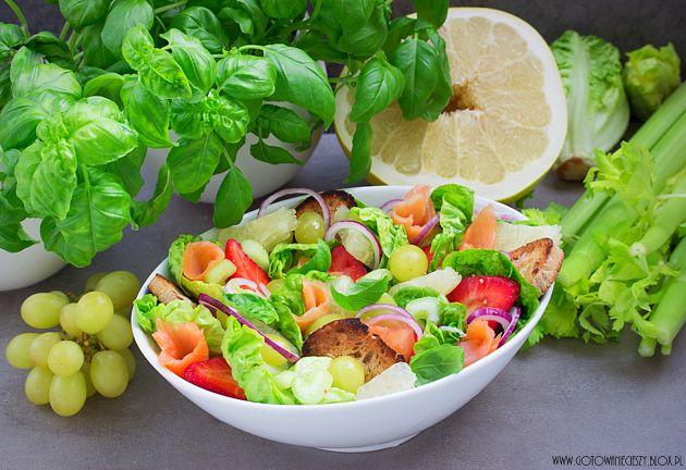 Salat mit Lachs, Erdbeeren, Grapefruits und Trauben