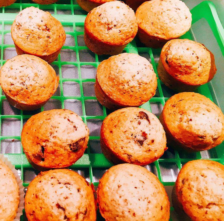 Muffins nocciola e cioccolato: Dosi per 26 minimuffins (per 20, provare a ridurre le dosi a 150 invece di 180g?) Sbattere 4 uova con 180g di zucchero (o meno) Incorporare 80g di burro morbido a pezzetti e continuare a sbattere; Aggiungere 180g di farina + 1/2 bustina di lievito; amalgamare e unire 100g di farina di nocciole e 100g di cioccolato fondente tritato grossolanamente. Distribuire l'impasto negli stampini e riempirli per 3/4. Infornare a 180 gradi per circa 15 minuti.