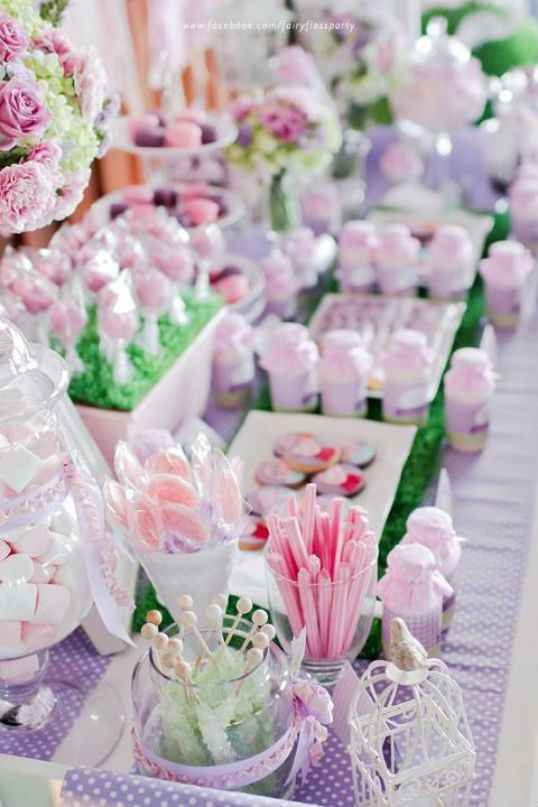 Una preciosa mesa de dulces para una fiesta Peppa Pig, en tonos lavanda, rosa y verde claro / A lovely sweet table for a Peppa Pig party, in light green, lavender and pink