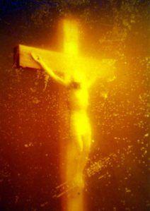 Piss Christ - Andrés Serrano, 1987. Piss Christ, como su nombre lo indica, es la fotografía de un crucifijo con un Cristo sumergido dentro de orina del artista. Pero no constituye únicamente una burla, una denuncia. Constituye una revalorización de los fluidos corporales, de lo escatológico y lo verdaderamente humano.