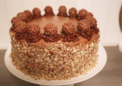 Här kommer en farligt GOD tårta. Kanske något att bjussa på till påsk? Du behöver 2 tårtbottnar, baka gärna ett par dagar innan och frys in. Så blir den lättare att dela. Ungefär 3/4 går åt till själva fyllningen av tårtan, 1/4 räcker till spacklingen. 1 Chokladtårtbotten cirka 25- 26 … Läs mer