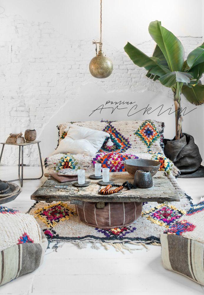 Un tapis ethnique sur le canapé et le même par terre. Super!☆