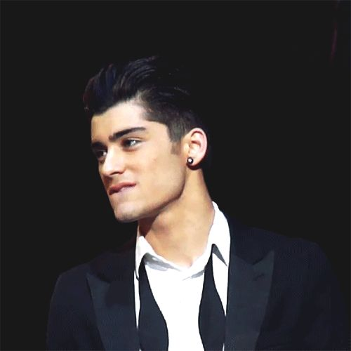 Zayn with slit-back hair AND bitting his lip ........ I SAW THAT WITH MY NAKED EYES LOL I WAS THERE