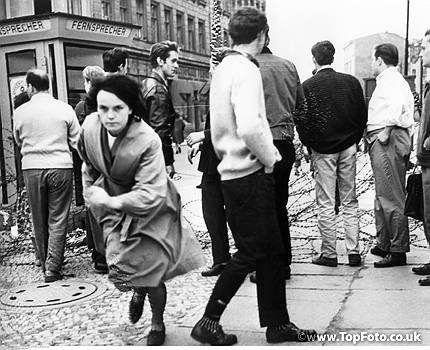 Deutschland / DDR. Berlin Mauerbau. Flucht einer jungen Frau über eine Stacheldrahtabsperrung nach West-Berlin - 13./14.8.1961<br><english> Germany / GDR. Berlin. Construction of the wall. A young woman escaping to West-Berlin. 13./14.08.1961 </english>