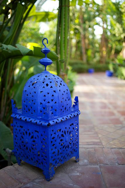 Spray paint a Moroccan Lantern matte Yves Saint Laurent blue à La Chez YSL in Marrakesh