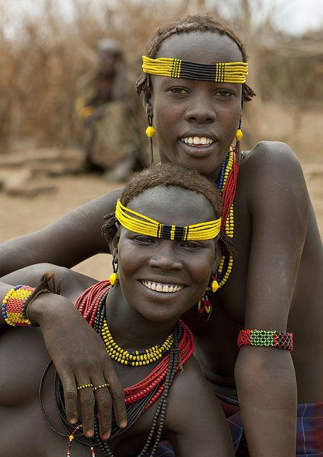Twee Dassanetch meiden - Omorate Ethiopië   Loop een dag mee met de Dassanetch stamrek een dag op met de stam en ervaar hun unieke cultuur met Fair2. © Eric Lafforgue #Afrika #Dassanetch #Fair2