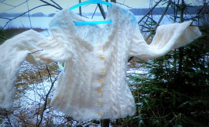 Light as feather, traditionally knigtted cardigan for christmas http://taidepiika-neuleet.blogspot.fi/2015/12/hoyhenenkevyt-palmikkotakki.html