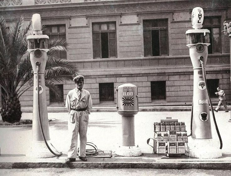 antigua bomba de bencina en la Plaza Montt Varas de Santiago, ca1940.