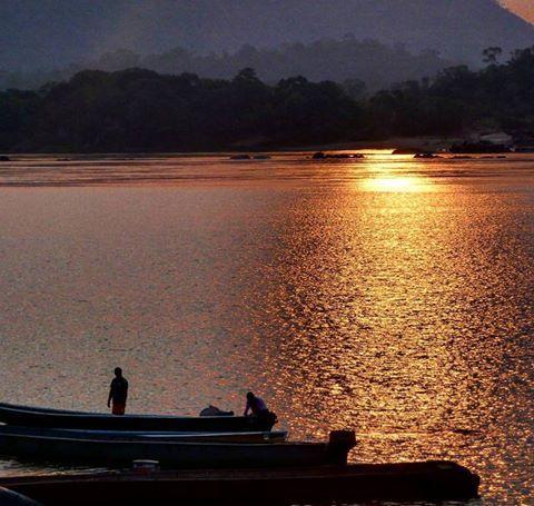 De madrugada, los pescadores inician sus labores con los primeros rayos del sol en el río Orinoco en el #Vichada #Colombia #viajaxvichada #viajaxcolombia #travelblogger #agua #naturaleza #enmicolombia #igerscolombia #TurisTic #GaleriaCo #Colombiaesrealismomagico #ig_latino #ig_latinoamerica