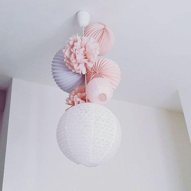 Notre kit de lampions LOUISE rose vintage installé en plafonnier || Our LOUISE paper lanterns kit is also perfect to enhance ceiling lights! #souslelampion #lampions #pompons #lanternes #boulespapier #decofille #decoenfants #decoenfant #chambrebebe #rose #decorose #paperlanterns #kidsdecor #nurseryinfo #pinknursery #homedesign #laternen #kinderzimmerdeko #mädchenzimmer #kinderdeko #farolillo #habitacioninfantil #lampioni #cameradesign