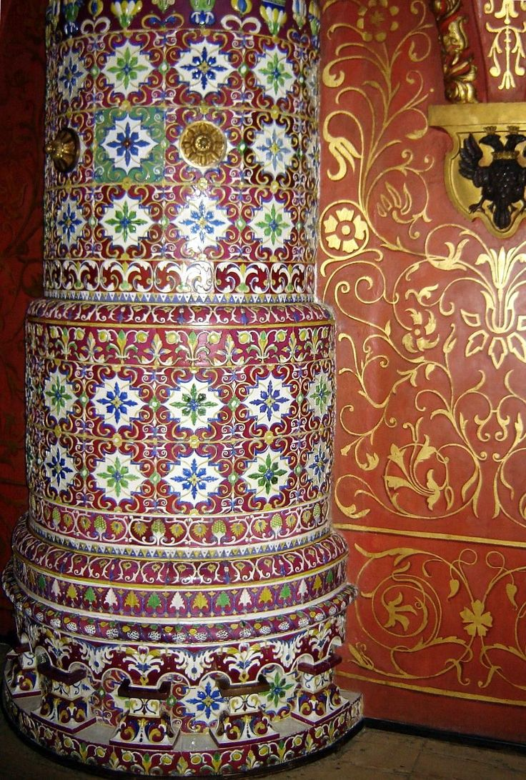 Круглая печь с ковровым заполнением изразцами в Теремном Дворце Московского Кремля