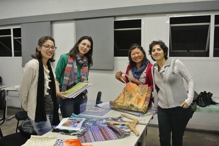 Professoras demonstrando estampas. — com Kátia Lamarca, Elisa Akemi Watanabe e Cecília Magalhães. Foto: Nilzeth Gusmão.