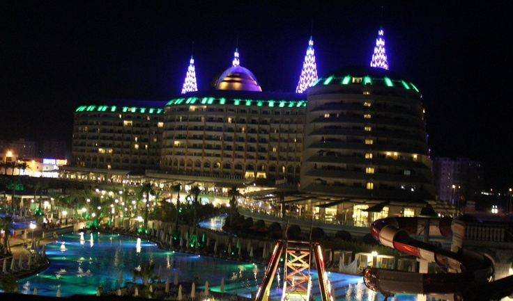 Delphin Imperial by night