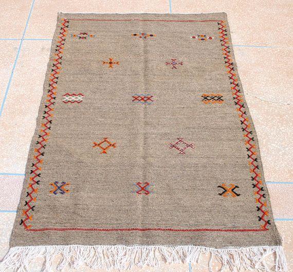 14 besten embroidered area rugs bilder auf pinterest kelim teppich marokkanische teppiche und. Black Bedroom Furniture Sets. Home Design Ideas