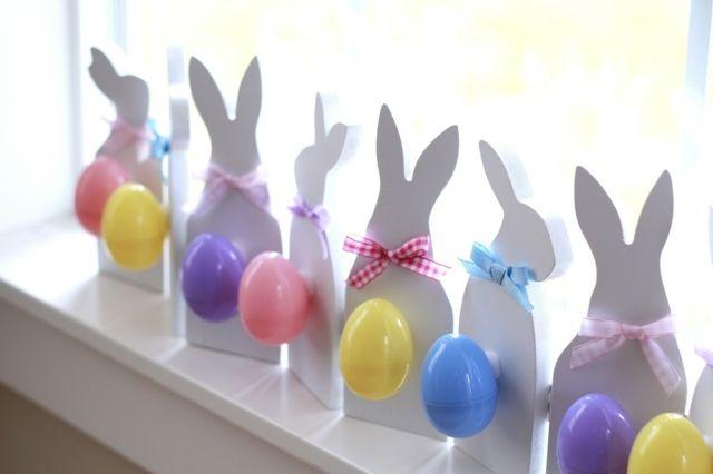 décoration de Pâques: lapins en papier avec queues en oeufs