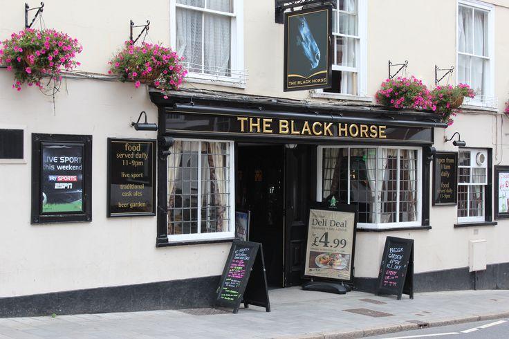 ローカルなパブです。直訳「黒い馬」の名前の由来は何でしょうか?
