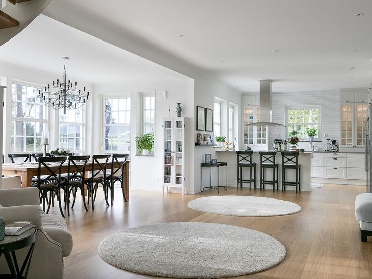Ängsö hämtar inspiration från den svenska byggtraditionen och är med sina 195 m² ett Myresjöhus med öppen planlösning och rejäla ytor för umgänge.