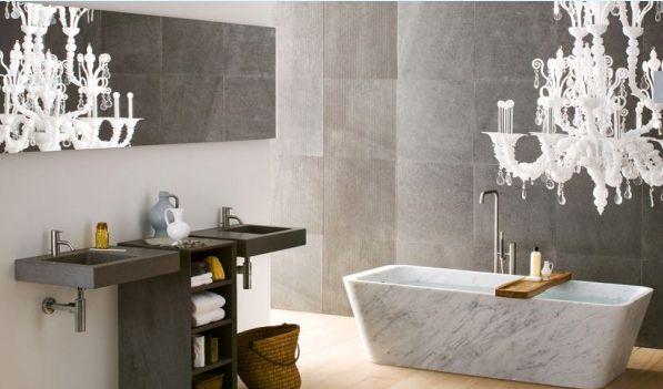 Hoge plafonds bieden ruimte voor kroonluchters, dat kleedt ook uw badkamer af.