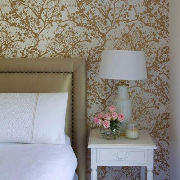 Optez pour un papier peint au style abstrait dont les reflets dorés illuminent votre pièce. A découvrir sur aufildescouleurs.com