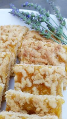 Konfytblokkies. Foto: Kos is oppie tafel se Facebookblad. Bestanddele:  125 g sagte botter 3/4 koppie suiker 2 eiers 3 koppies meel 4 teelepels bakpoeier 1/3 teelepel sout 2 teelepels vanieljegeursel 1 blik appelkooskonfyt  Metode:  Verhit jou oond tot 180 ºC. Meng botter en suiker saam. Voeg eiers en vanieljegeurselby. Meng die meel en bakpoeier en sout in 'n aparte bak. Voeg die eiermengsel om die beurt by die meelmengsel en meng goed saam. Bêre 1/3 van die deeg in die yskas om af te…